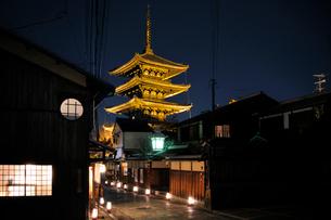 東山花灯路と八坂の塔の写真素材 [FYI03171306]