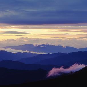 乗鞍岳から望む朝の山並みの写真素材 [FYI03171337]