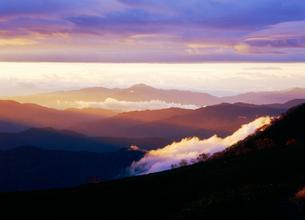 乗鞍岳から望む朝の山並みの写真素材 [FYI03171341]