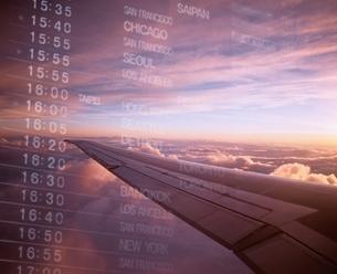 時刻表と飛行機の翼のビジネスイメージの写真素材 [FYI03171374]