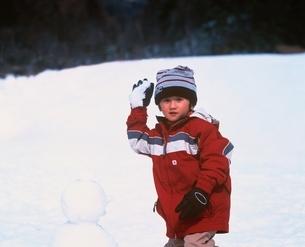 雪遊びをする日本人の男の子の写真素材 [FYI03171398]