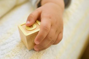 おもちゃをつかむ日本人の男の子の赤ちゃんの手の写真素材 [FYI03171423]