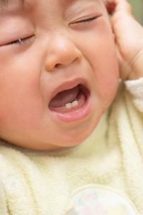 泣く日本人の赤ちゃんの写真素材 [FYI03171425]