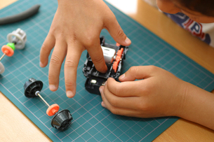 工作する日本人の男の子の手の写真素材 [FYI03171437]