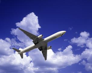 青空と飛行機の写真素材 [FYI03171452]