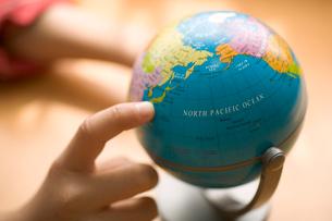 地球儀と子供の手の写真素材 [FYI03171460]