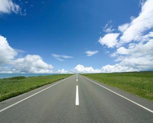 海沿いの一本道と雲の写真素材 [FYI03171476]