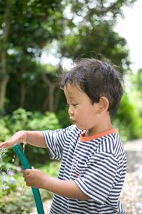 ホースで遊ぶ子供の写真素材 [FYI03171480]