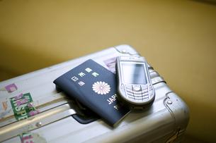 スーツケースと携帯とパスポートの写真素材 [FYI03171494]