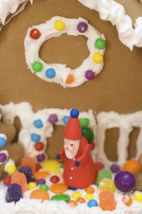 お菓子の家とサンタクロースの写真素材 [FYI03171509]