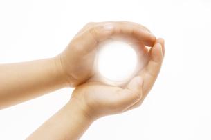光る玉を持つ子供の手の写真素材 [FYI03171514]