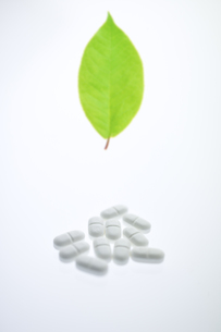 薬と葉の写真素材 [FYI03171518]