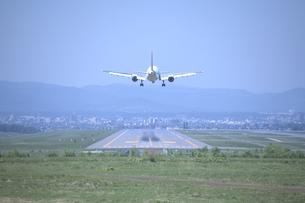 着陸する旅客機の写真素材 [FYI03171553]