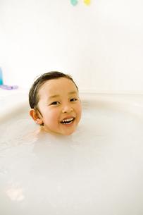 入浴中の男の子の写真素材 [FYI03171575]