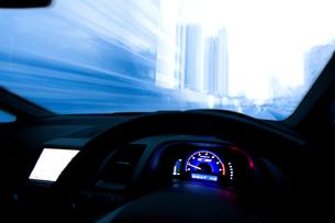 ハイブリッドカーの運転席の写真素材 [FYI03171582]