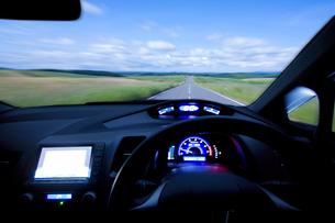 ハイブリッドカーの運転席の写真素材 [FYI03171588]