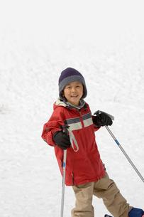 スキーをする5歳の男の子の写真素材 [FYI03171604]