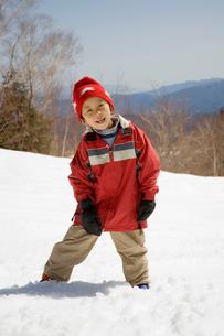 雪原に立つ5歳の男の子の写真素材 [FYI03171608]