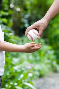 父からボールを受け取る5歳児の写真素材 [FYI03171624]