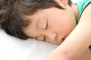 お昼寝する男の子の写真素材 [FYI03171650]