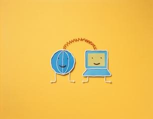 青い地球とパソコンのキャラクター フォトイラスト(黄色)の写真素材 [FYI03171681]