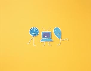 青い地球やパソコンの3個のキャラクター フォトイラストの写真素材 [FYI03171684]