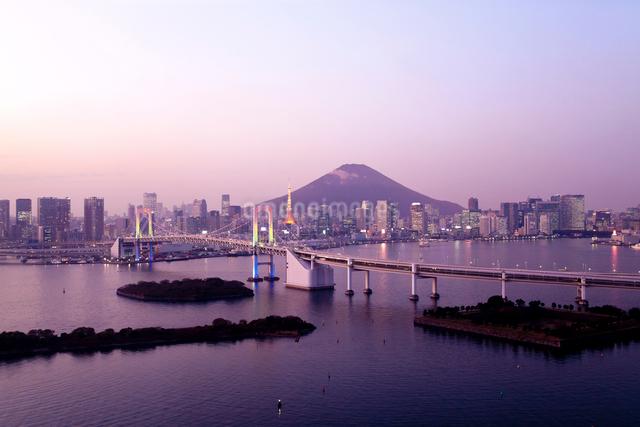 夕暮れのお台場と富士山 合成の写真素材 [FYI03171698]