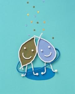 仲よしの葉と水滴の針金クラフト(青)の写真素材 [FYI03171707]