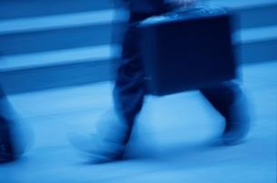 かばんを持って急ぐ人間の足(青) ロンドン イギリスの写真素材 [FYI03171740]