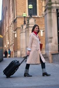 トランクを持つ日本人女性 ロンドン イギリスの写真素材 [FYI03171756]