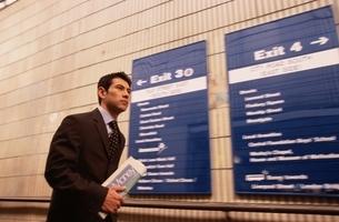 駅の通路を歩くビジネスマンの写真素材 [FYI03171836]