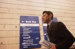 駅の通路を歩くビジネスマンの写真素材 [FYI03171844]