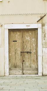 古い鍵がかかった扉の写真素材 [FYI03171905]