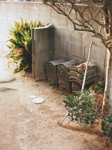 裏庭に積み上げた瓦の写真素材 [FYI03171919]