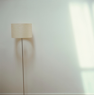 ランプと壁の写真素材 [FYI03171950]