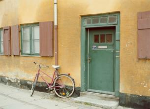 緑のドアと赤い自転車の写真素材 [FYI03171998]