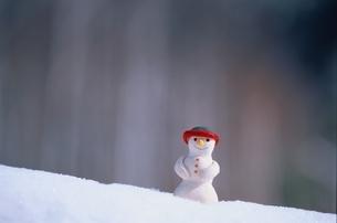 雪の上に置かれた雪だるまの人形の写真素材 [FYI03172022]