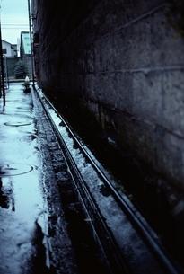 雨が降っている路地と水たまり 北海道の写真素材 [FYI03172024]