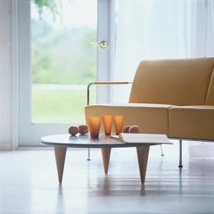 リビングの黄色のソファとテーブルの写真素材 [FYI03172026]