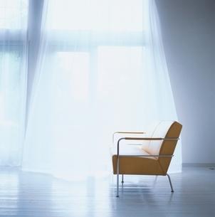 リビングの黄色のソファの写真素材 [FYI03172028]