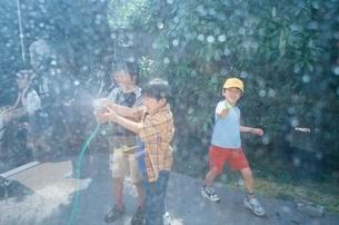 水遊びの日本人の女の子の写真素材 [FYI03172037]