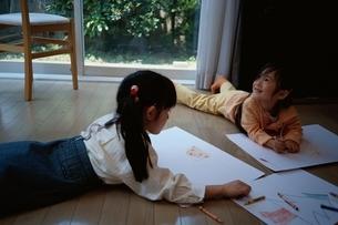 リビングでお絵描きをしている2人の日本人の女の子の写真素材 [FYI03172040]