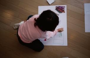リビングでお絵描きをしている日本人の女の子の写真素材 [FYI03172041]