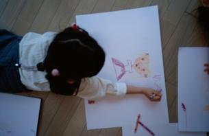 リビングでお絵描きをしている日本人の女の子の写真素材 [FYI03172042]