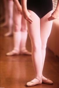 レオタードとトゥーシューズ姿でバレエをする女の子の下半身の写真素材 [FYI03172076]