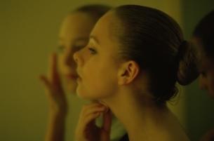 シニヨン姿でバレエをする2人の外国人の女の子の横顔の写真素材 [FYI03172077]