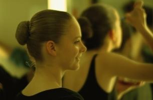 シニヨン姿でバレエをする外国人の女の子の写真素材 [FYI03172079]