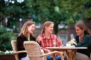 お茶をする三人の3人の外国人の女性たちの写真素材 [FYI03172094]
