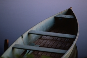 池のボートの夕暮  フランスの写真素材 [FYI03172096]