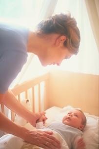 ベッドの赤ちゃんと母の写真素材 [FYI03172102]